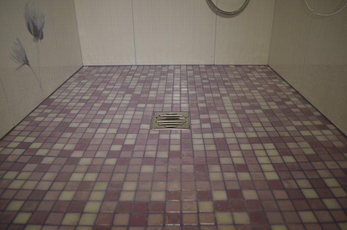 Готовый трап для душа, который расположен в ванной комнате