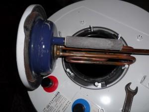 Фотография магниевого анода, непосредственно в водонагревателе