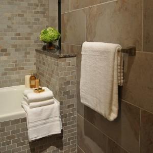 Дизайн ванной комнаты с применением плитки с дизайном под кирпич