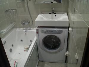 Фотография ванной комнаты с установленной раковиной, которая находится над стиральной машиной