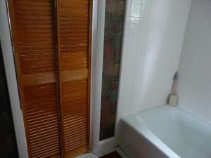 Фотография дверец сантехнического шкафа в ванной комнате