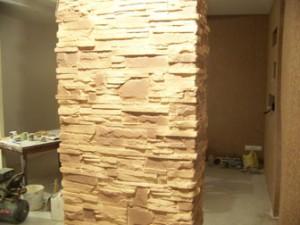 Вариант отделки гипсовой плиткой колонны в ванной комнате