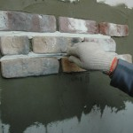 Четвертый шаг - затираем швы между плиток