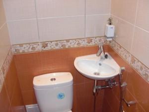 Типичное дизайнерское решение с использованием маленькой раковины в туалете