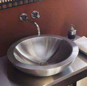 Металлическая раковина в интерьере ванной комнаты
