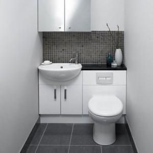 Пример использования маленькой раковины с тумбой в туалете