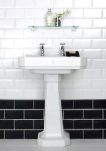 Пример использования декоративной плитки с дизайном под кирпич в ванной комнате