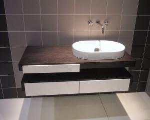 Приятный дизайн ванной комнаты, в которой используется раковина с подставкой