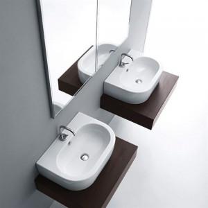 Фотография подвесной овальной раковины со столешницей в ванной комнате