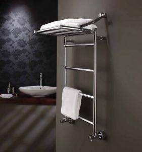 Пример водяного полотенцесушителя с верхней полкой - один из лучших вариантов для хранения ванных принадлежностей