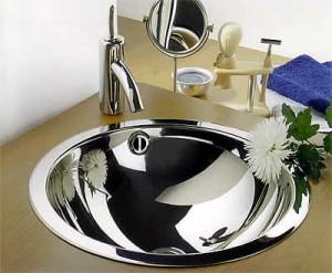 Раковина из нержавеющего металла в ванной