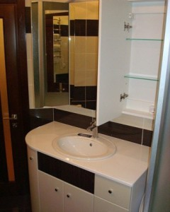 Пример дизайна ванной комнаты с использованием раковины над шкафчиком