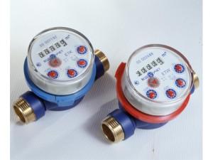 Фото счетчиков воды, синий - для холодной, красный - для горячей воды