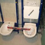 Установка шаг 5 - после установки унитаза необходимо проверить уровень конструкции