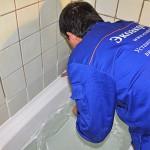 Первый шаг установки бордюра - наносим герметик в щель между ванной и стеной