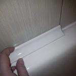 Второй шаг установки бордюра - наносим клей и начинаем монтаж от угла