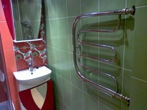 Фото использования полотенцесушителя в совмещенной с туалетом ванной комнате