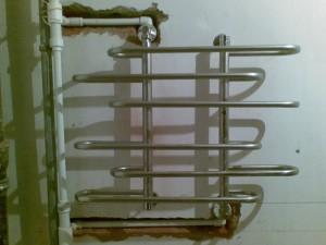 Установка полотенцесушителя во время ремонта ванной комнаты
