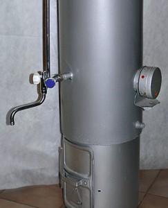 Фото водонагревателя установленного в ванной, который работает на дровах