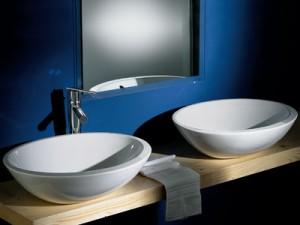 Фотография двух раковин в форме чаши, которые установлены на столешницу в ванной комнате