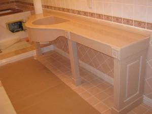 Установленная в ванную комнату столешница, с предусмотренной нишой для умывальника