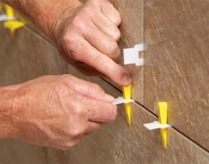 При укладке не забывайте использовать крестики, они нужны для того чтобы расстояния между плитками были одинаковыми