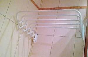 Настенная сушилка, которая установлена в ванной комнате
