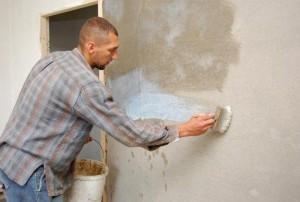 Фотография подготовки стен к укладке плитки - на данном фото показан процесс грунтовки