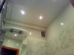 Подвесной потолок санузла после ремонта