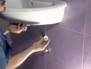 Фото завершающего этапа установки раковины - подключение к водоснабжению и канализации
