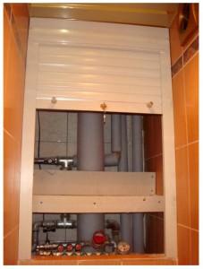 Фото, как рольставни могут скрывать трубы канализации и стояка в небольшом санузле