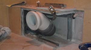 На фото показан правильный способ скрытия и вывода канализационных труб под гипсокартоновый короб