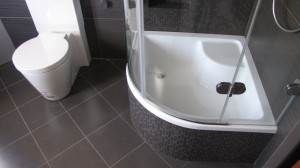 Дизайн ванной комнаты с установленным поддоном для душевой кабины
