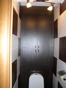 Фото встроенного в стену шкафа в туалете