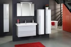 Дизайн ванной комнаты, в котором используются навесные шкафы белого цвета