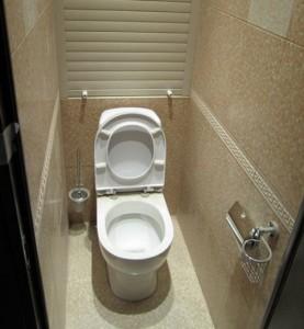 Дизайн маленького туалета в светлых тонах