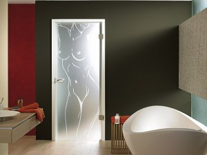 Интерьер ванной с установленной стеклянной дверью