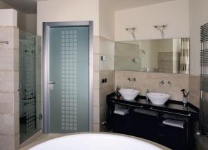 Дизайн ванной комнаты, с установленной стеклянной дверью