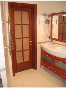 Установленная дверь из ДСП в ванной комнате