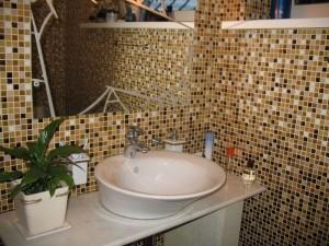 Фото дизайна ванной комнаты, в которой использовалась плитка мозаичного типа