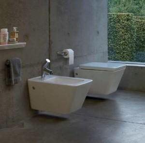 Фотография ванной комнаты в которой установлен подвесной унитаз