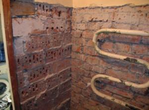 Готовая к ремонту ванная комната: демонтирована вся сантехника, кроме полотенцесушителя и очищены стены