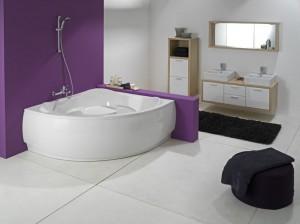 Интерьер ванной комнаты, в которую вписана угловая ванна из акрила