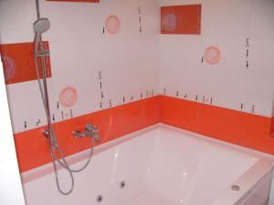 Фото использования керамической плитки в отделке стен ванной комнаты