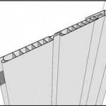 Обшивка стен панелями шаг 3: начинаем крепить панели от установленного уголка