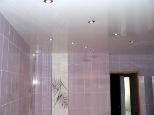 Фото ванной комнаты, в которой установлен натяжной потолок