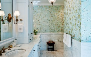 Фото использования обоев в отделке ванной комнаты