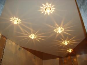 Необычное освещение ванной комнаты с натяжными потолками