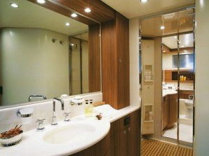 Фото ванной комнаты, где освещение установлено не только на потолке, но и вокруг зеркала
