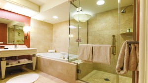 Установленная подсветка в ванной комнате